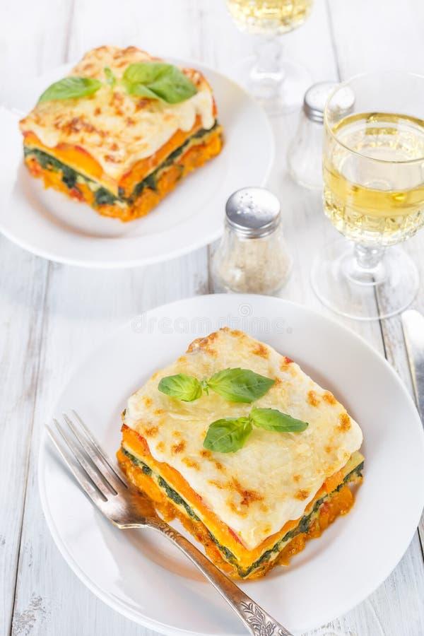 Dwa plasterka bani i szpinaków Lasagne z Bechamel kumberlandem zdjęcia royalty free