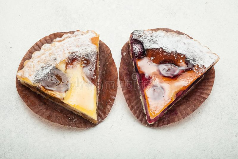 Dwa plasterka owocowi kulebiaki na białym rocznika tle fotografia royalty free