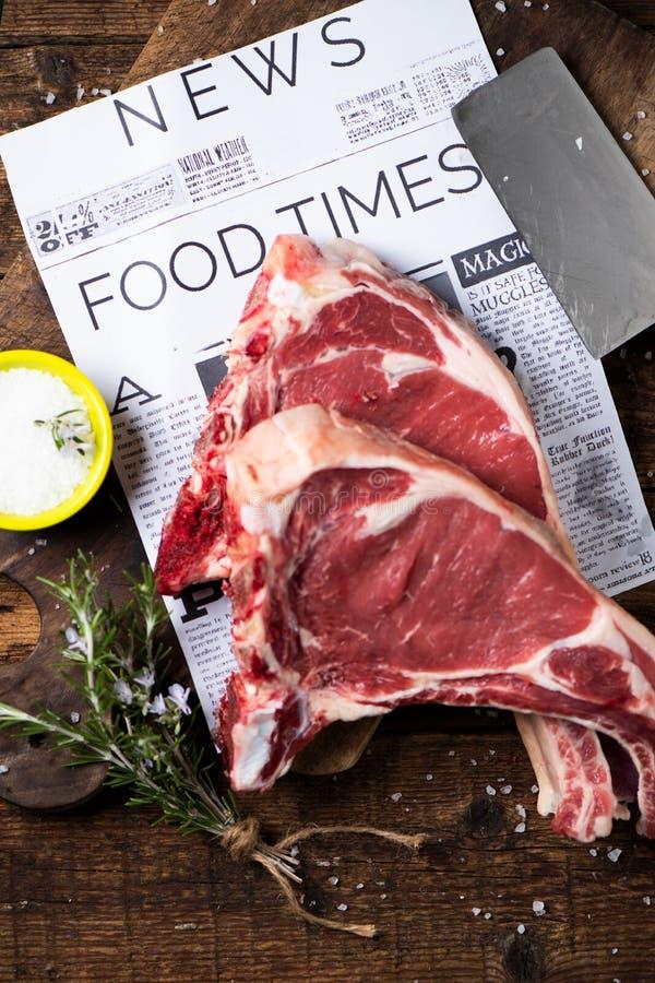 Dwa plasterka surowy wołowina stek przygotowywający gotować obrazy royalty free