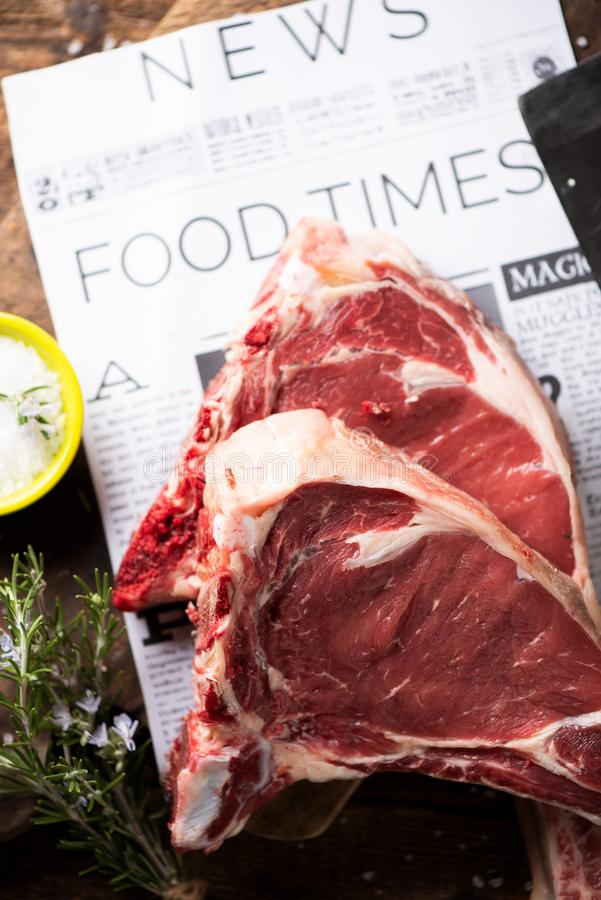 Dwa plasterka surowy wołowina stek przygotowywający gotować fotografia royalty free