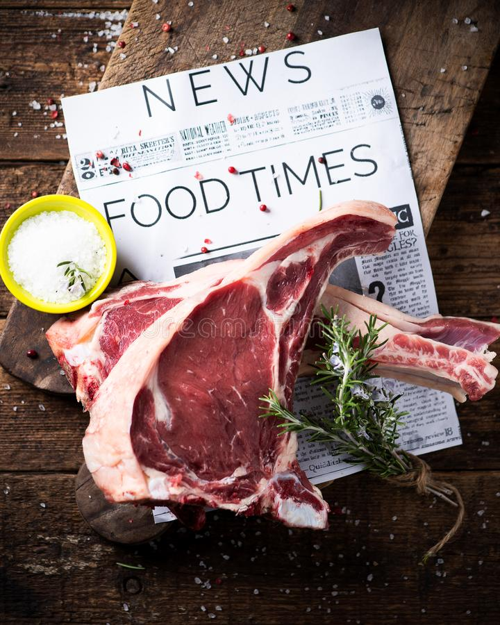 Dwa plasterka surowy wołowina stek przygotowywający gotować fotografia stock