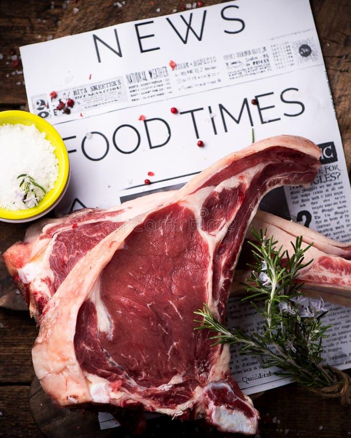 Dwa plasterka surowy wołowina stek przygotowywający gotować zdjęcie royalty free