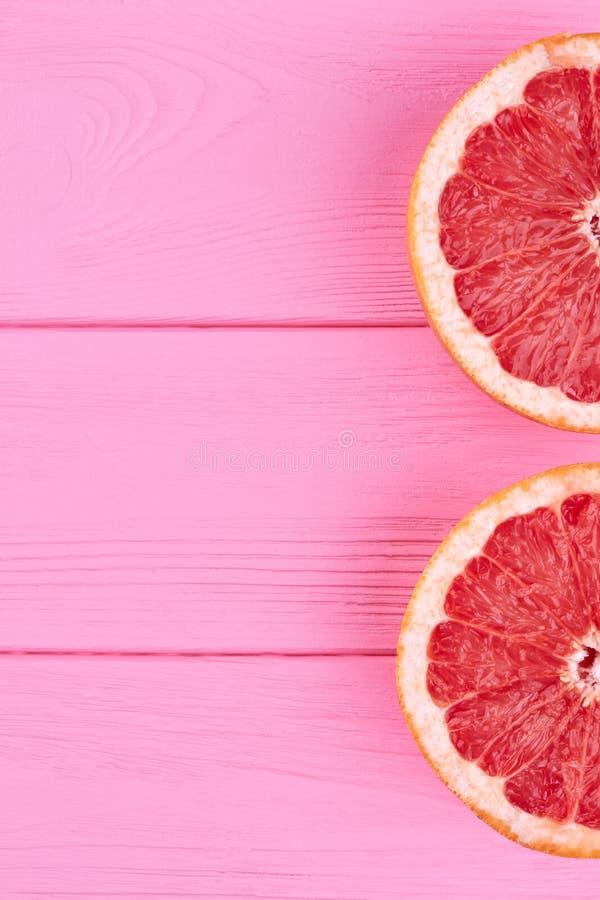 Dwa połówki grapefruitowa i odbitkowa przestrzeń zdjęcie royalty free