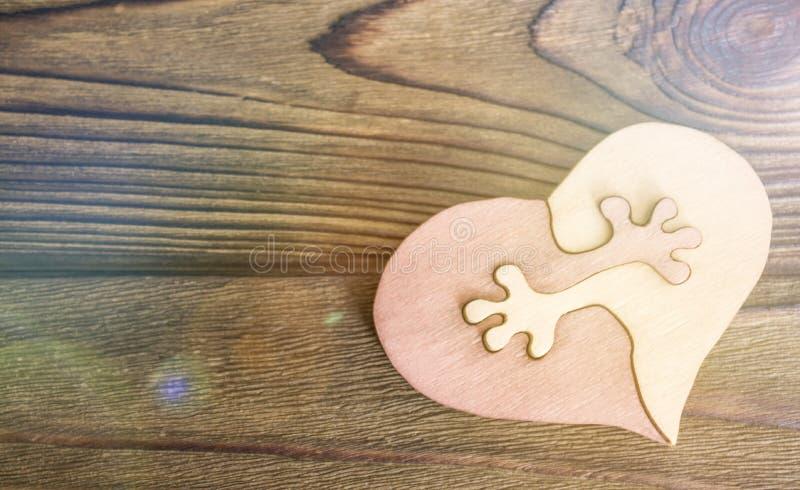 Dwa połówki serce łączą na drewnianym tle obraz royalty free