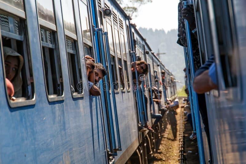 Dwa pociągów pasażerskich spotkanie przy stacją kolejową zdjęcie royalty free