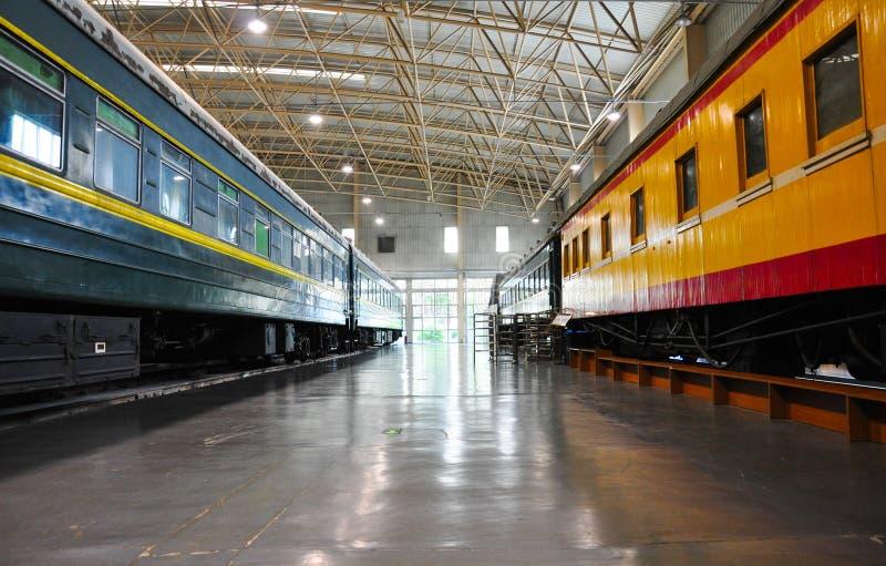 Dwa pociągu zatrzymują stronę popierają kogoś w taborowym muzeum - obok - zdjęcie royalty free