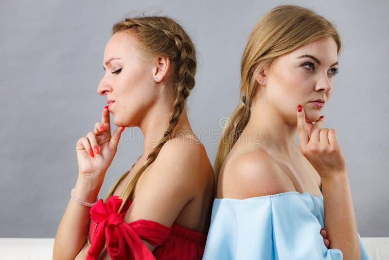 Dwa podejrzanej kobiety obraz stock