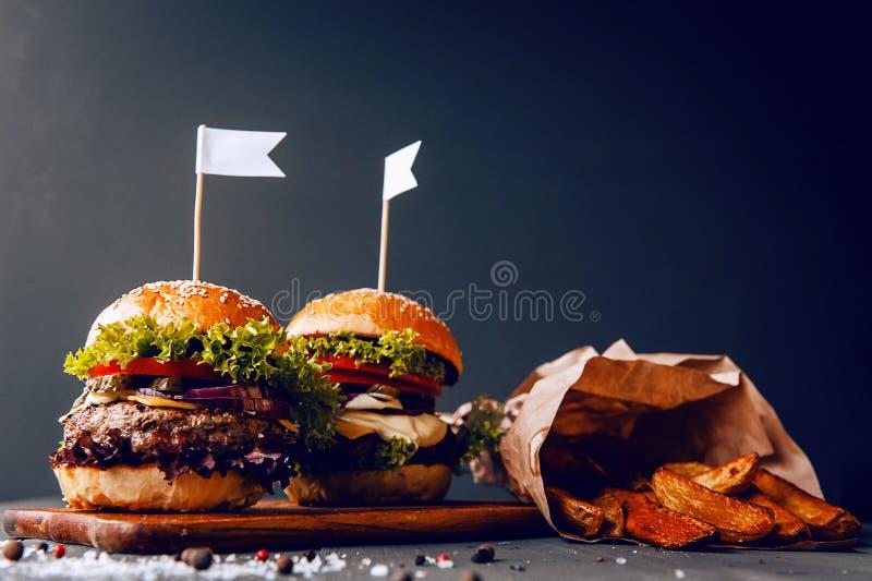 Dwa podlewanie, wyśmienicie domowej roboty hamburger obraz royalty free