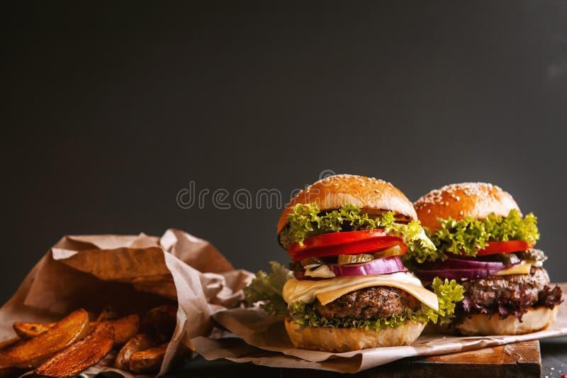 Dwa podlewanie, wyśmienicie domowej roboty hamburger zdjęcie royalty free