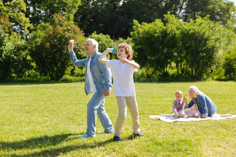 Dwa pokolenia bawić się wpólnie w parku zdjęcia royalty free
