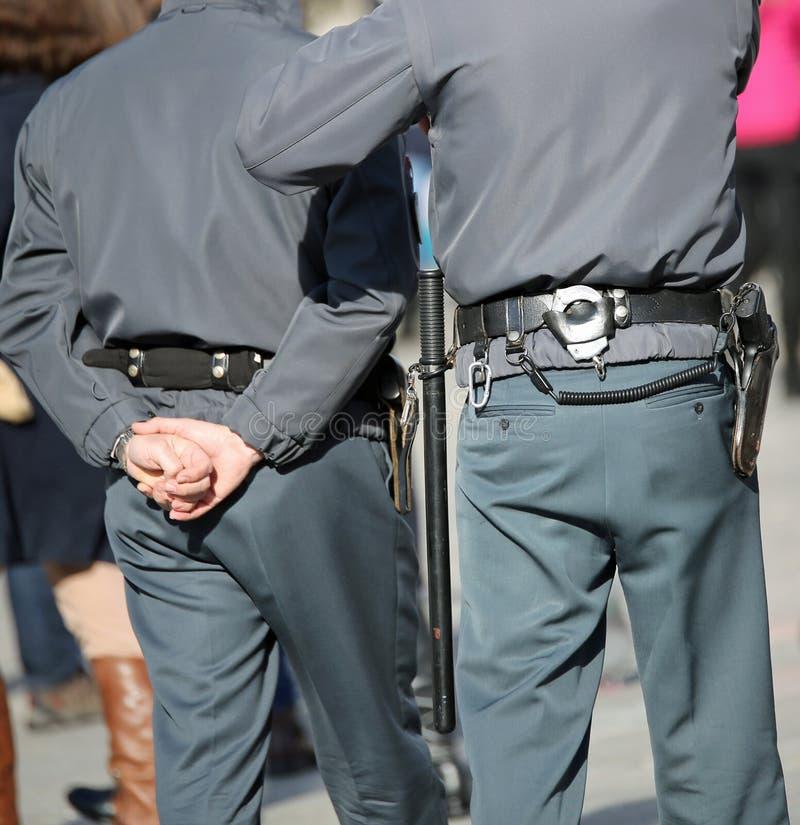 dwa policjanta na patrolu z kajdankami i powozikiem podczas patr zdjęcie royalty free