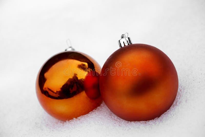 Download Dwa Pomarańczowego Baubles W śniegu Obraz Stock - Obraz złożonej z mróz, dekoracje: 28955851