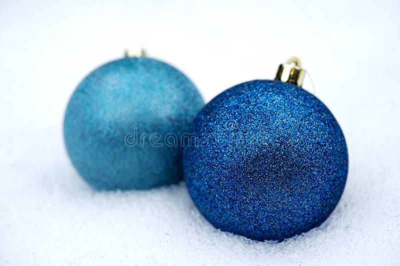 Download Dwa Pomarańczowego Baubles W śniegu Obraz Stock - Obraz złożonej z świąteczny, baubles: 28955983