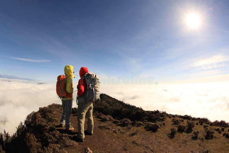 Dwa pomyślnego backpackers cieszą się pięknego krajobraz na wschodzie słońca mountian zdjęcia royalty free