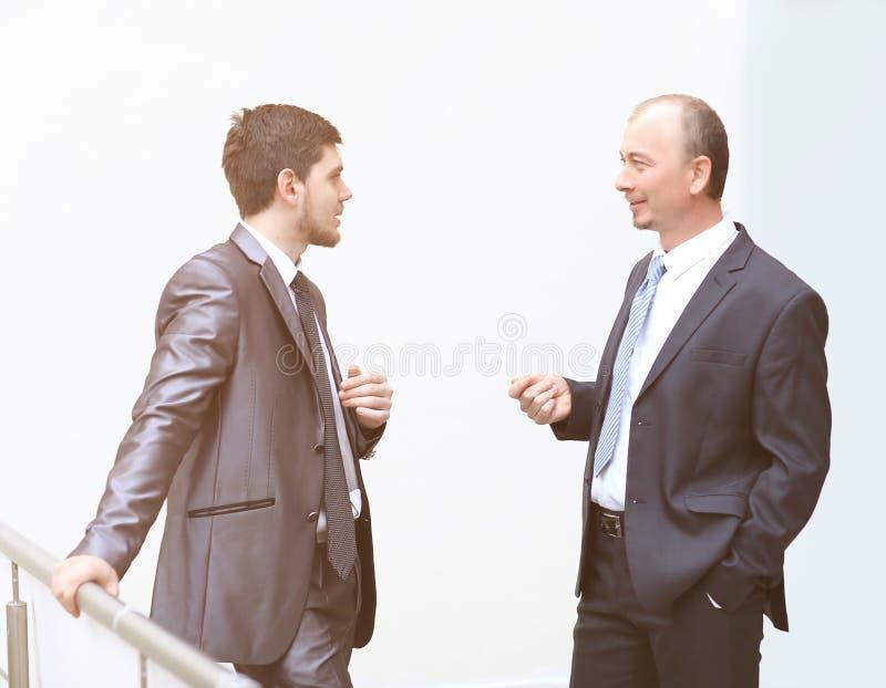 Dwa pomyślny biznesmen dyskutuje biznesowe sprawy obraz stock