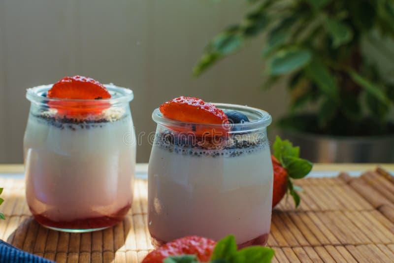 Dwa porcji domowej roboty jagoda jogurt w świeżym środowisku zdrowa poj?cie dieta fotografia stock