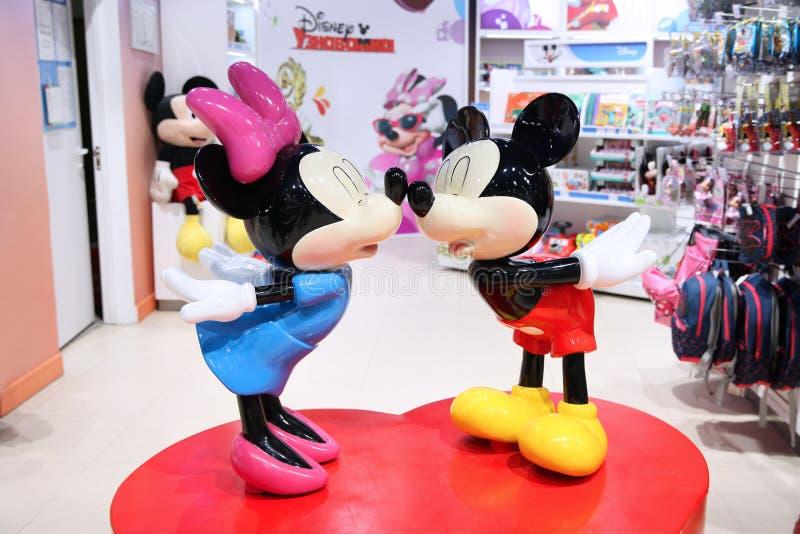 Dwa postaci z kreskówki, myszka miki i Minnie myszy Walt Disney Firma w dziecko światowym sklepie, moscow 14 12 201 obraz stock