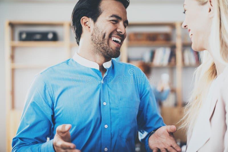 Dwa potomstw partner biznesowy ono uśmiecha się po wielkiej dyskusi w nowożytnym biurze Horyzontalny, zamazany tło, zdjęcia royalty free