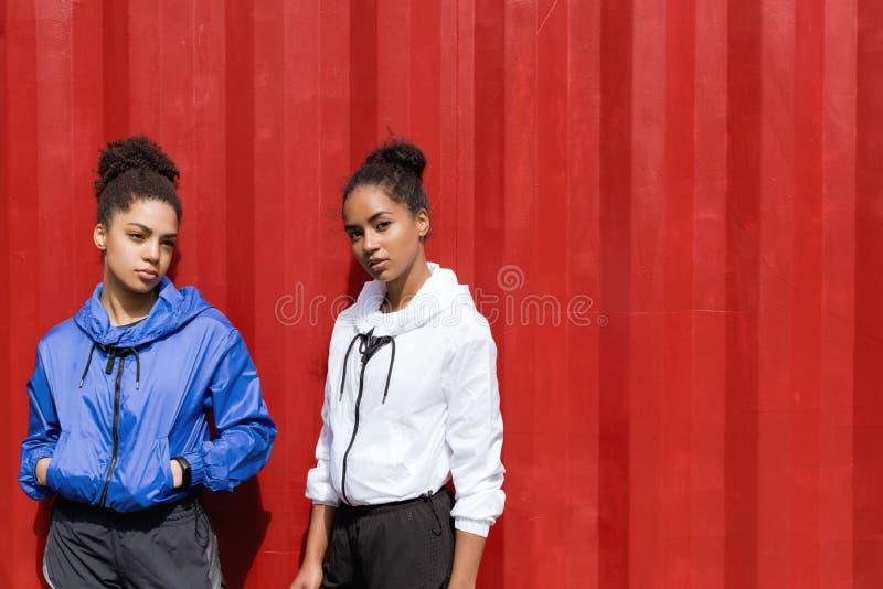 Dwa potomstwa żeńskiego w sportswear fotografia royalty free