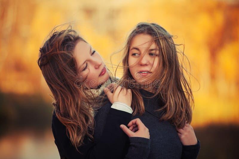 Dwa potomstwa fasonują dziewczyny w czarny puloweru chodzić plenerowy obrazy stock