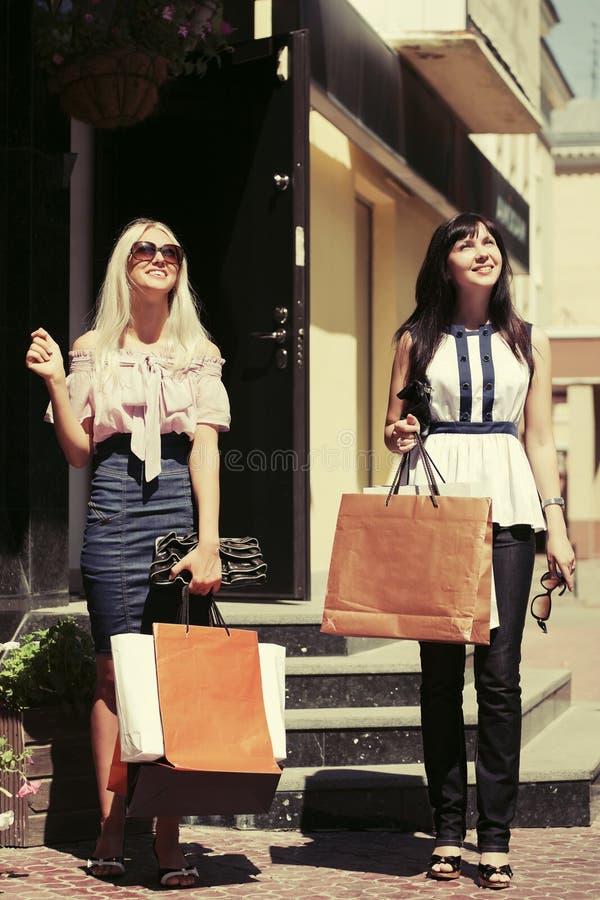 Download Dwa Potomstwo Mody Kobiety Z Torba Na Zakupy Obraz Stock - Obraz złożonej z biznes, 1: 65225157