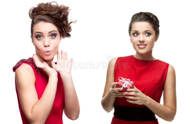 Dwa potomstwo zaskakującej kobiety w czerwieni sukni zdjęcie royalty free