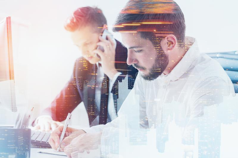 Dwa poważnego biznesmena pracuje w biurze zdjęcie stock
