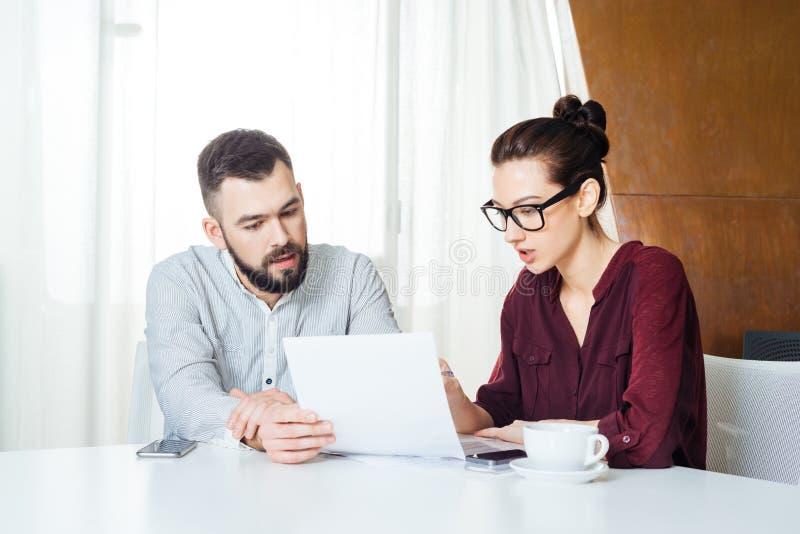 Dwa poważnego młodego biznesmena pracuje wpólnie na biznesowym spotkaniu obrazy stock