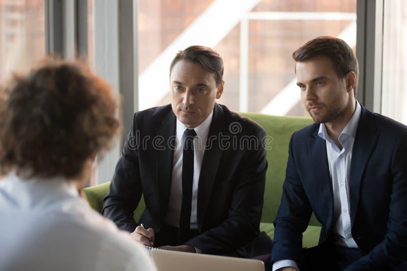 Dwa poważnej osoby werbującej hr słucha wnioskodawca przy akcydensowym wywiadem fotografia stock