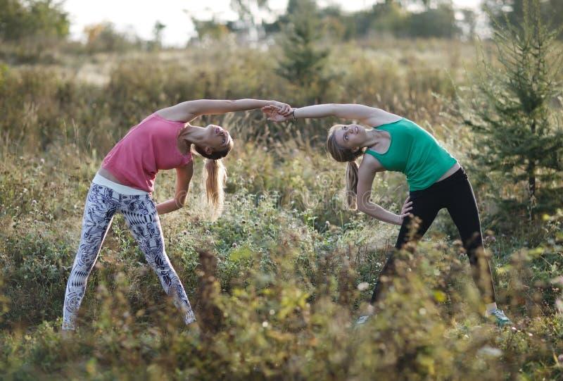 Dwa prężnej młodej kobiety pracującej out wpólnie zdjęcia royalty free