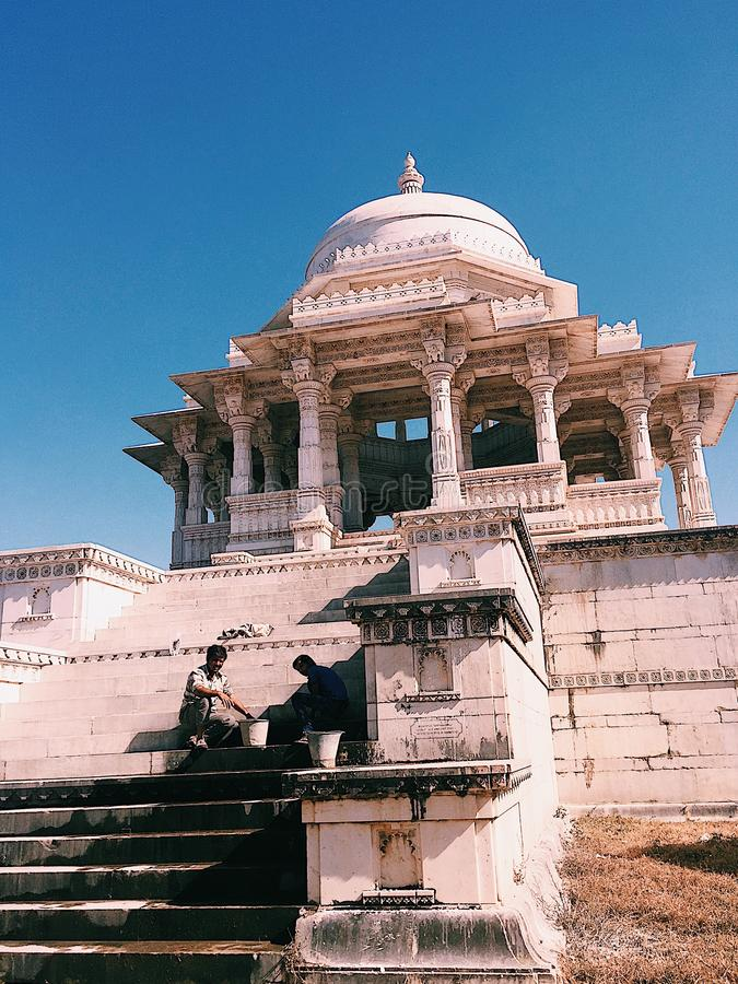 Dwa pracownika Ahar Cenotaphs, Ahar, Rajasthan, India fotografia stock