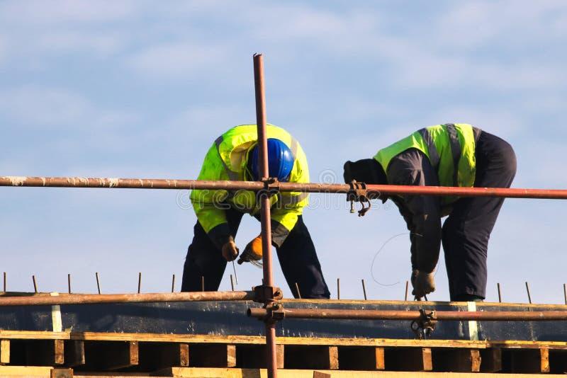 Dwa pracownika dzia metali prąć bary w struktury wzmacnienie zdjęcia royalty free