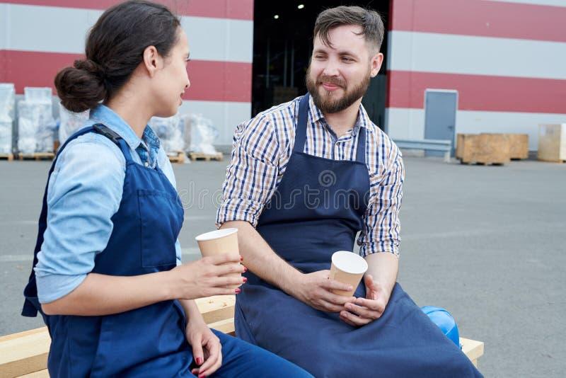 Dwa pracownika na Kawowej przerwie zdjęcia royalty free