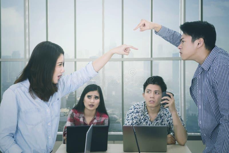 Dwa pracownika oskarża each inny w spotkaniu obrazy stock