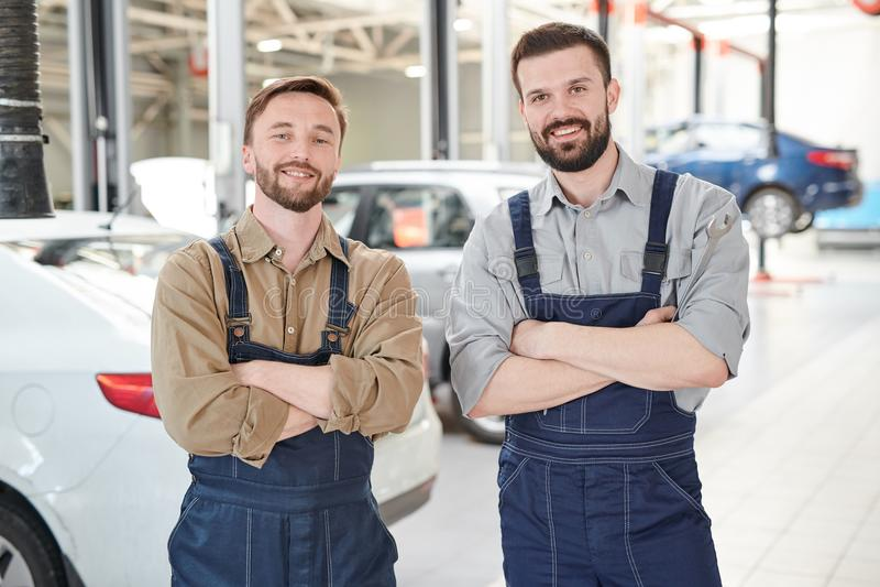 Dwa pracownika Pozuje w samochód usługa zdjęcie stock