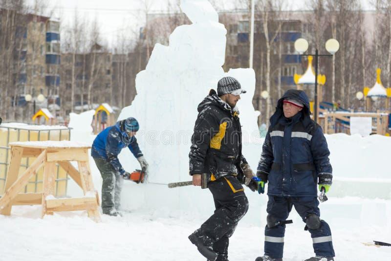 Dwa pracownika przy miejscem zamrażają obóz zdjęcia royalty free