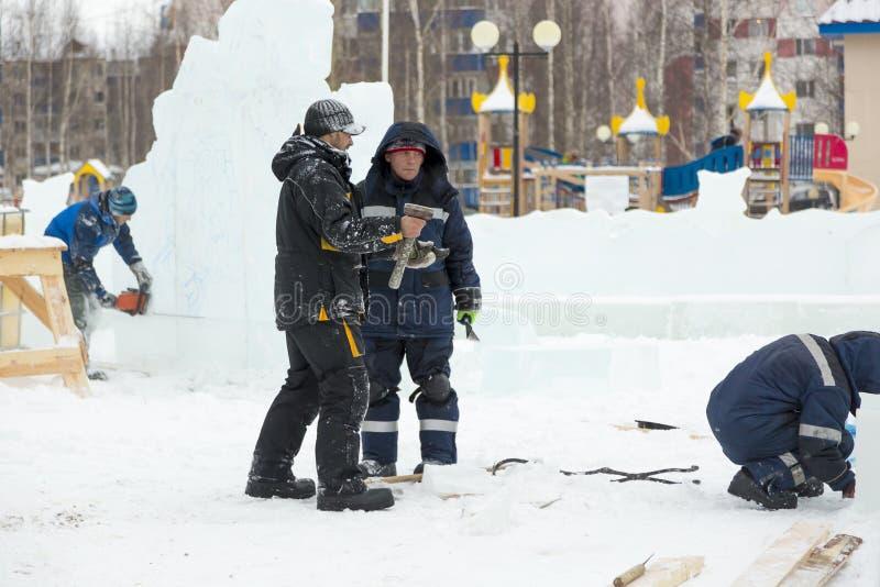 Dwa pracownika przy miejscem zamrażają obóz zdjęcia stock
