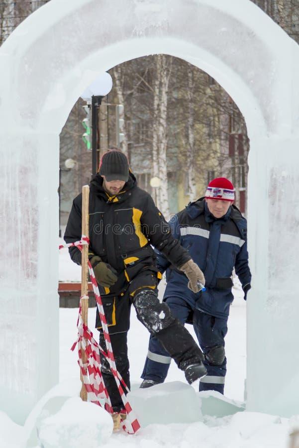 Dwa pracownika przy miejscem zamrażają obóz zdjęcie stock