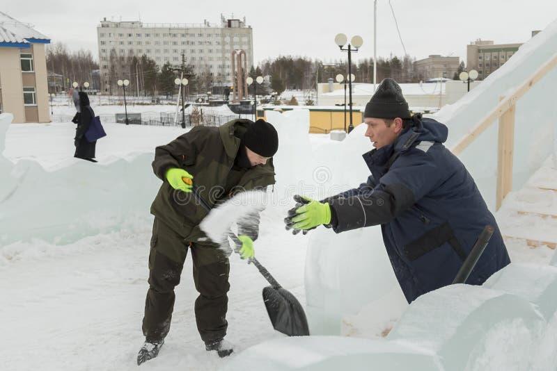 Dwa pracownika przy miejscem zamrażają obóz obraz stock