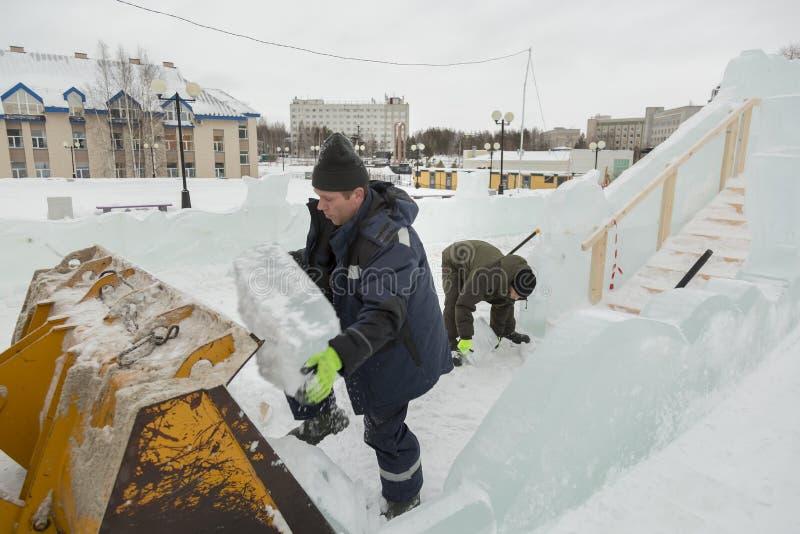 Dwa pracownika przy miejscem zamrażają obóz obrazy royalty free