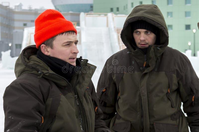 Dwa pracownika przy miejscem zamrażają obóz zdjęcie royalty free