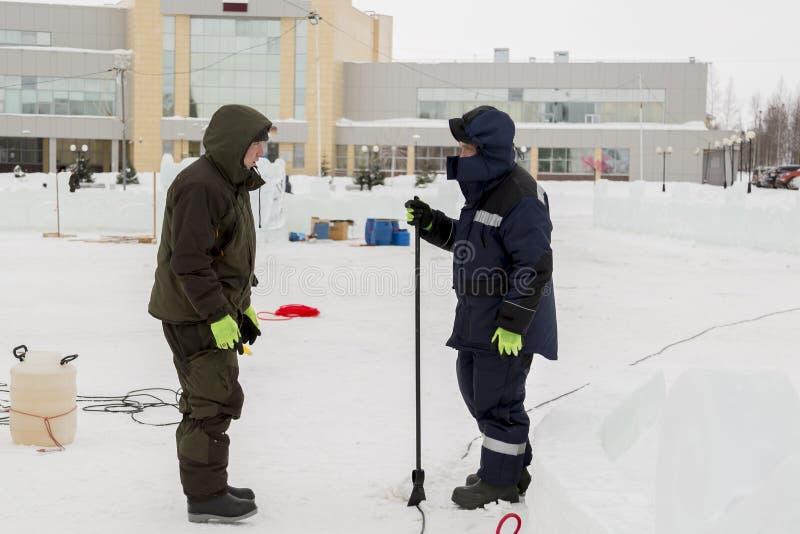 Dwa pracownika przy miejscem zamrażają obóz obrazy stock