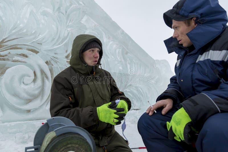 Dwa pracownika przy miejscem zamrażają obóz obraz royalty free