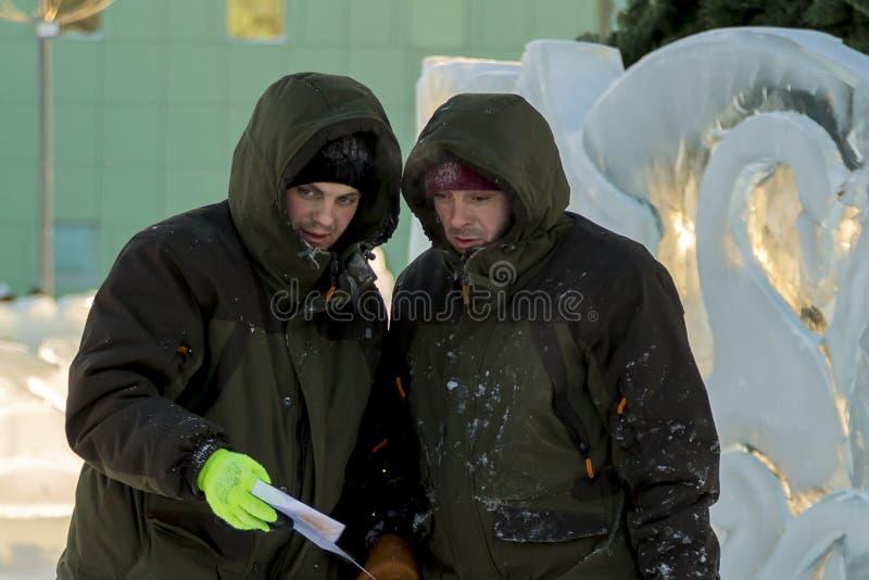 Dwa pracownika przy miejscem zamrażają obóz fotografia royalty free