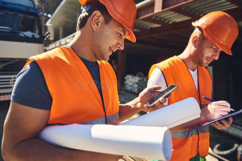 Dwa pracownika są chodzącym pobliskim budową zdjęcia royalty free