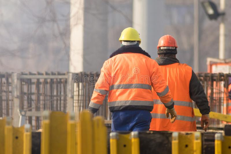 Dwa pracownika w pomarańcze przy odbudowa terenem zdjęcia royalty free