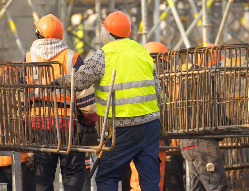 Dwa pracownika w pomarańczowym hardhat przy odbudowa terenem obraz royalty free