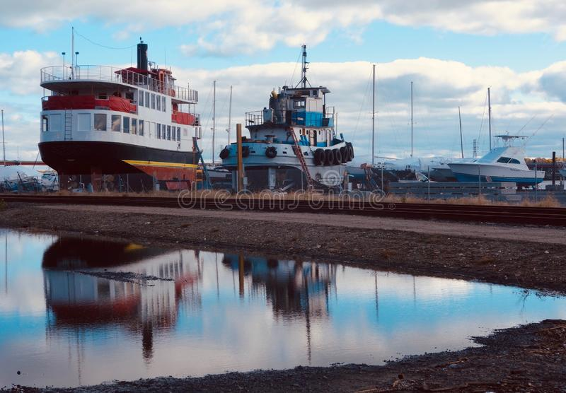 Dwa pracy łodzi suszą dokują pod niebieskim niebem chmury pełno, Październik 2018 fotografia royalty free