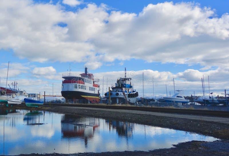 Dwa pracy łodzi suszą dokują pod niebieskim niebem chmury pełno, Październik 2018 obrazy stock