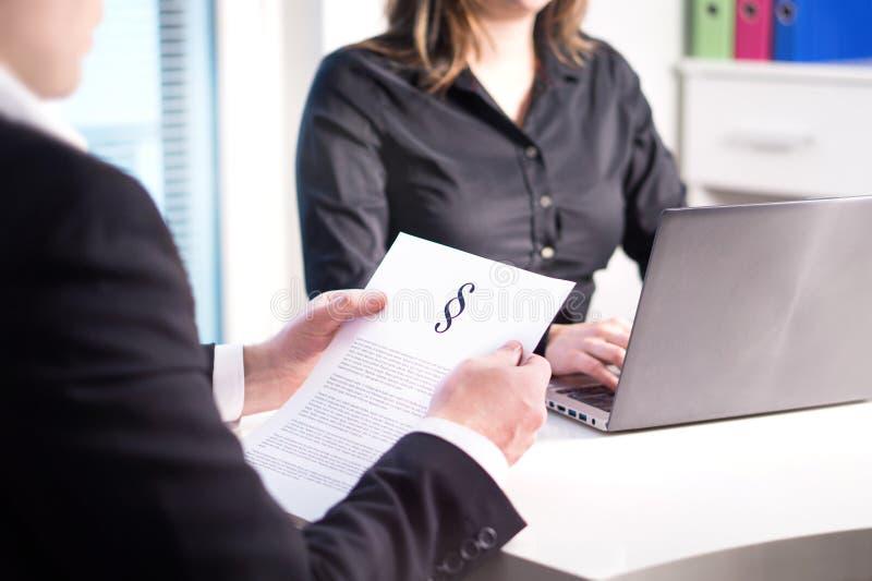 Dwa prawnika ma spotkania w biurze Fachowa legalna drużyna zdjęcie royalty free